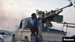 یکی از پیکارجویان دولت اسلامی عراق و شام که در مناطق شمالی عراق در حال نبرد با نیروهای دولتی هستند.