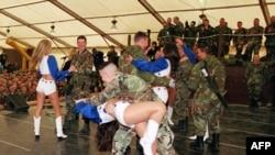 达拉斯牛仔队的啦啦队和士兵在海外驻地共舞