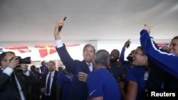 리우데자네이루 올림픽 개막식 참석을 위해 브라질에 도착한 존 케리(가운데) 미 국무장관이 5일 현지에서 미국 대표팀 선수들과 함께 '셀카'를 찍고있다.