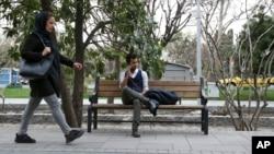 2018年3月11日伊朗德黑蘭市中心一跨性別男子使用手機交談。