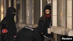 벨기에 경찰이 24일 브뤼셀 테러 용의자를 검거하기 위해 샤에르베이크 지구에서 기습작전을 수행 중이다.