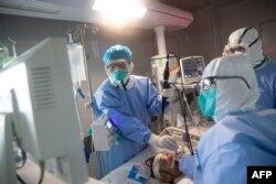 Врачи в Ухане - китайском эпицентре вспышки нового коронавируса