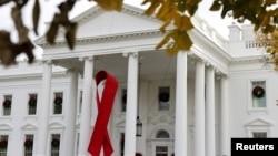 Красная лента, символизирующая Всемирный день борьбы со СПИДом, была вывешена на северном портике Белого дома в Вашингтоне, США, 1 декабря 2020 года