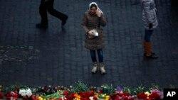 Phụ nữ bật khóc trước nơi tưởng niệm những người biểu tình thiệt mạng ở Kiev, Ukraina, ngày 23/2/2014.