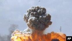 Explosion d'un véhicule des forces loyales à Mouammar Kadhafi suite a une attaque des forces occidentales, entre Benghazi et Ajdabiyah