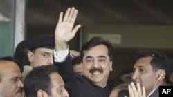 Perdana Menteri Pakistan Yousuf Raza Gilani (tengah) melambaikan tangannya setibanya di gedung Mahkamah Agung untuk menghadiri sidang dengar pendapat di Pakistan (26/4).