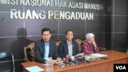 Komnas HAM melakukan jumpa pers tentang persekusi di kantornya di Jakarta Senin (6/6). Ketua Komnas HAM Nur Kholis (tengah) dan Roichatul Aswidah, Koordinator Subkomisi Pendidikan dan Penyuluhan Komnas HAM (kanan). (Foto: VOA/Fathiyah)