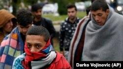 被阻挡在匈牙利境外试图进入欧洲的难民(资料图)