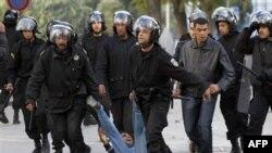 Cảnh sát chống bạo động bắt giữ một người biểu tình ở Tunis, ngày 14/1/2011
