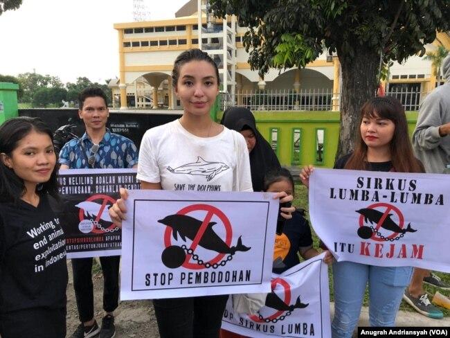 Aktivis satwa dan Lingkungan, Manohara Odelia Pinot saat melakukan penolakan terhadap sirkus lumba-lumba di Medan, Sabtu (22/6) (foto: VOA/Anugrah Andriansyah)