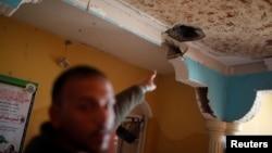 Seorang pria menunjukkan lubang di dalam apartemennya akibat serangan Israel di Jalur Gaza utara 2 Februari lalu (foto: dok).