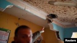 一名巴勒斯坦男子的公寓在以色列对加沙北部的空袭中受损 (2018年2月2日路透社)
