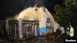 Pengikut aliran minoritas Islam Ahmadiyah memadamkan masjid yang terbakar di Desa Ciampea, Jawa Barat, 1 Oktober 2010. (Foto: Reuters)
