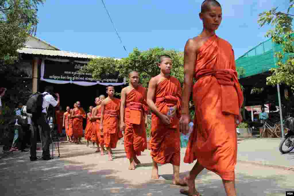 The monks are leaving the funeral service of Chan Soveth funeral​​ at the Koul Ta Tung pagoda, on the outskirts of Phnom Penh, Cambodia,December​ 11, 2014. (Nov Povleakhena/VOA Khmer)