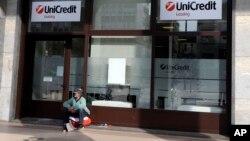 يک بیخانمان در بيرون بانکی در ميلان – ۱۲ ارديبهشت ۱۳۹۳ (۲ مه ۲۰۱۴)