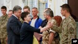 លោកស្រី Nadiya Savchenko ដែលជាអ្នកបើកបរឧទ្ធម្ភាគចក្រកងទ័ពជនជាតិអ៊ុយក្រែនម្នាក់ និងទើបតែត្រូវបានគេដោះលែង (រូបកណ្តាល) ត្រូវបានស្វាគមន៍ដោយមន្រ្តីជាច្រើននៅក្នុងការិយាល័យប្រធានាធិបតីនៅក្នុងក្រុង Kyiv ប្រទេសអ៊ុយក្រែន កាលពីថ្ងៃទី២៥ ខែឧសភា ឆ្នាំ២០១៦។