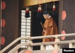 아키히토 천황이 30일 일본 도쿄 지요다의 황거 내 영빈관에서 열리는 퇴위 의식에 참석하기 위해 나서고 있다.