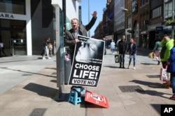 Arhiva - Podržavalac antiabortus stava drži transparent dok govori, u Dablinu, Irska, 17. maja 2018, pre glasanja o abortusu 25. maja.
