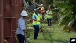 Personal de la empresa Liberty Cable trabajó en 2017 para restaurar las líneas de fibra óptica tras el paso del huracán María por Puerto Rico.