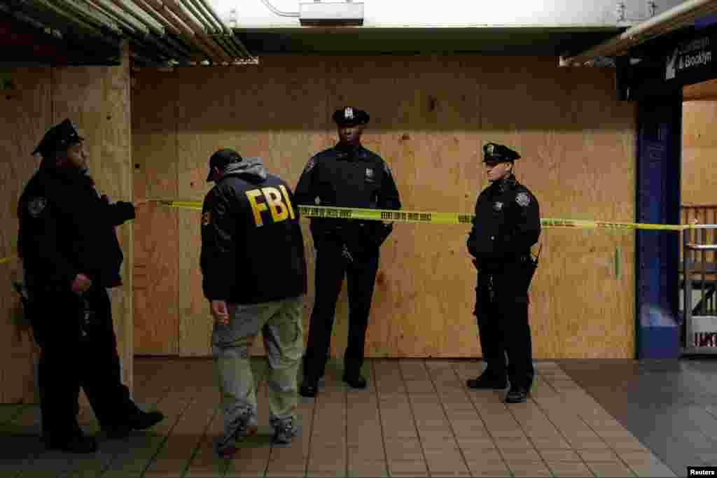 """联邦调查局人员进入纽约港务局汽车总站下面的爆炸现场。纽约南区代理联邦检察官金俊贤(Joon Kim)在新闻发布会上说:""""乌拉选择的地点和时间是为了造成最大的人员伤亡。"""""""