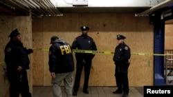 Seorang anggota FBI memasuki tempat kejadian perkara di New York Port Authority Bus Terminal menyusul upaya peledakan bom saat jam sibuk di pagi hari di Kota New York, New York, 11 Desember 2017.