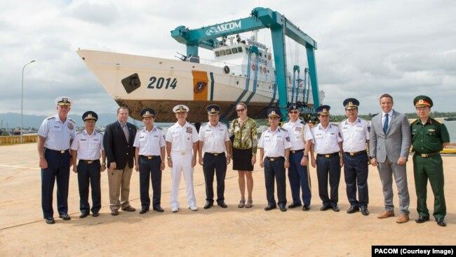 Tư lệnh Bộ Tư lệnh Thái Bình Dương Hoa Kỳ cùng các quan chức Việt Nam trong lễ khánh thành cơ sở sửa chữa bảo dưỡng tàu của Cảnh sát biển Việt Nam ở Quảng Nam, được xây dựng với sự hỗ trợ của Hoa Kỳ, năm 2016.