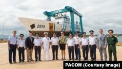 Tư lệnh Bộ Tư lệnh Thái Bình Dương Hoa Kỳ, Đô đốc Harry B. Harris (thứ 5 từ trái sang) tại buổi lễ khánh thành cơ sở sửa chữa tàu của cảnh sát biển Việt Nam hôm 28/10.