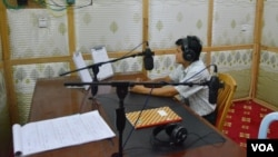 Maram Bawk La, manager of Laiza FM, at work in his studio. (P. Vrieze for VOA)