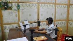 លោក Maram Bawk La ដែលជាប្រធាននៃវិទ្យុ Laiza FM កំពុងធ្វើការនៅក្នុងស្ទូឌីយោរបស់គាត់។