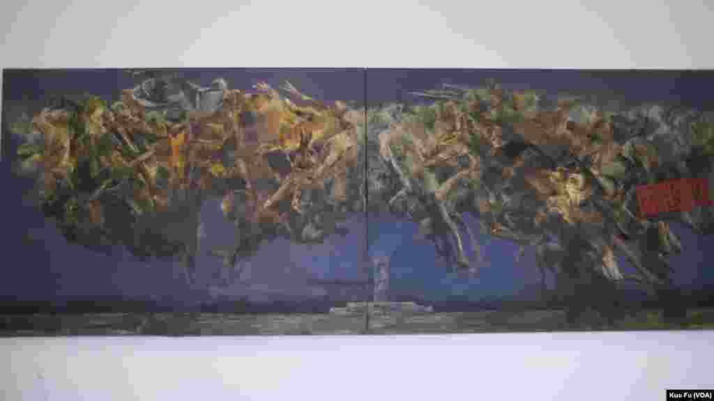 雕塑家陈维明(左立)欣赏这幅油画