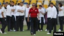 Pelatih tim kesebelasan Inggris, Roy Hodgson (tengah) dalam latihan di Stadion Olympiade di Kiev. (Foto: Dok)