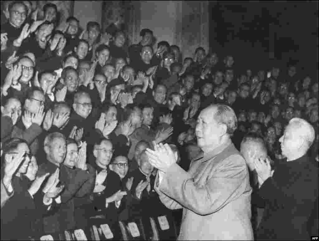 """1966年初,中国领导人毛泽东(1893-1976)和刘少奇(1898-1969)会见积极分子。2018年11月23日在北京纪念刘少奇诞辰120周年座谈会上,习近平说:""""我们在新的历史起点上进行伟大斗争、建设伟大工程、推进伟大事业、实现伟大梦想,就是刘少奇同志等老一辈革命家一生奋斗的伟大事业的继承和发展。""""这里没有像在别处那样把毛泽东的名字放在刘少奇或者别人前面。这次讲话也没有重申1981年中共11届6中全会《关于建国以来党的若干历史问题的决议》中关于毛泽东错误发动文革的结论。"""