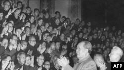 1966年初,中国领导人毛泽东(1893-1976)和刘少奇(1898-1969)会见积极分子。