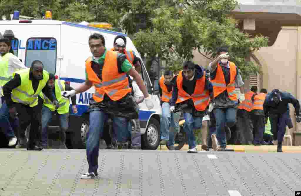 Atışmadan dərhal sonra təcili yardım işçiləri Westgate ticarət mərkəzinə tərəf qaçır. 23 sentyabr, 2013.
