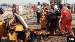 Les équipes de secours ramassent les restes d'un véhicule émietté lors un attentat-suicide a Maiduguri, Nigeria, 29 octobre 2016.