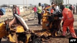 Petugas medis berada di lokasi pemboman bunuh diri di Maiduguri, Nigeria, hari Sabtu (29/10).