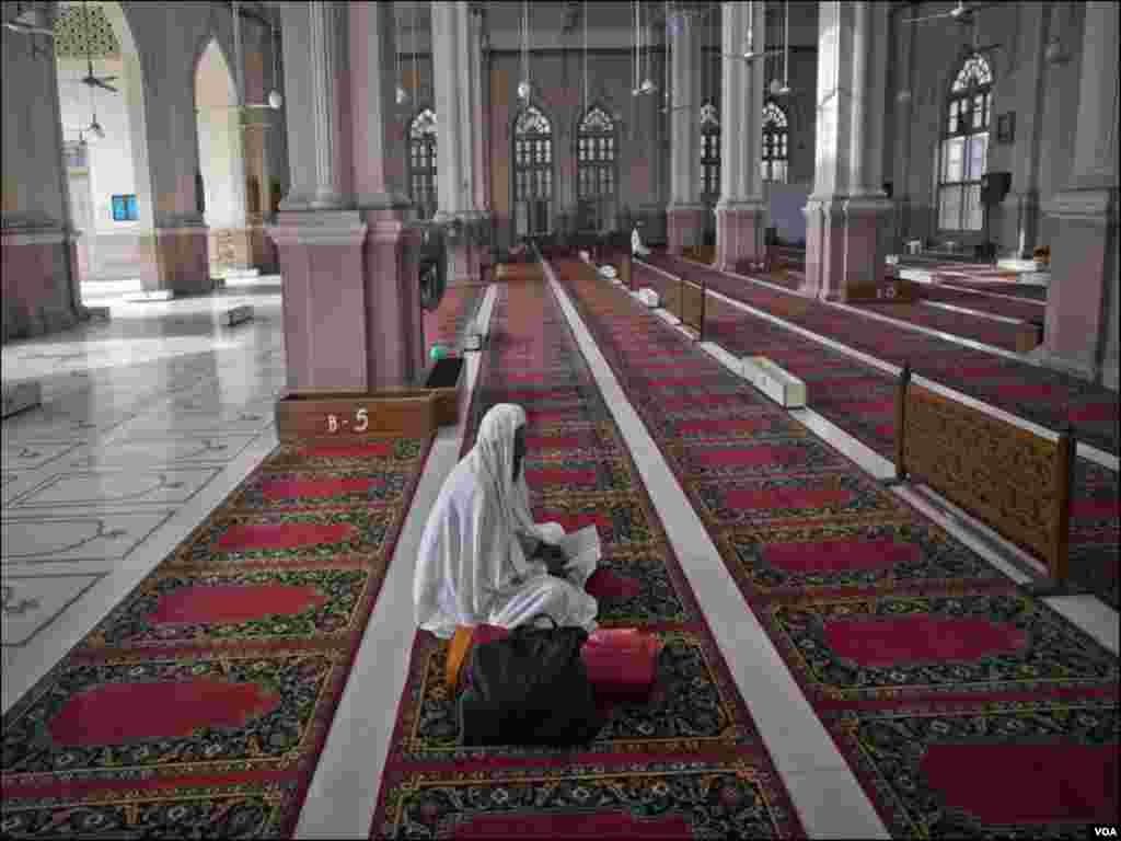 کراچی کی ایک مسجد عبادت گذار قرآن پاک کی تلاوت کررہاہے
