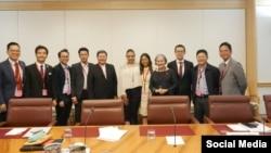 Anh Nguyễn Trung Trọng Nghĩa, (thứ hai từ trái sang) tham dự phiên điều trần về nhân quyền Việt Nam tại Quốc hội Úc, ngày 7/12/2017, thủ đô Canberra, Úc. (Facebook Angelina Trang Quynh)