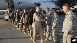 Reservistas de la Fuerza Aérea de EE.UU. son recibidos en la base de Homestead, en Florida.