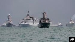 Tàu hải quân Đinh Tiên Hoàng, tàu hải quân Singapore RSS Punggol và của một số nước khác neo đậu tại vùng biển ngoài Căn cứ hải quân Singapore Changi ngày 15/5/2017.