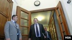 Menteri Keuangan Yunani Evangelos Venizelos tiba pada rapat parlemen Yunani di Athena (8/3).