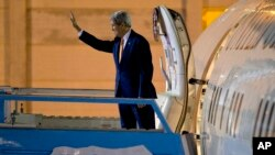Ngoại trưởng Mỹ John Kerry lên máy bay trở về Mỹ sau các cuộc họp ở Jerusalem và thành phố Bờ Tây Ramallah ngày 24/11/2015.