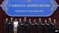 Para pemimpin ASEAN berfoto bersama Presiden AS Barack Obama di Phnom Penh, Kamboja (19/11).