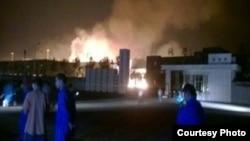 山東淄博一家化工廠爆炸起火(2015年8月22日,網民微博圖片)