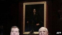 Президент России Дмитрий Медведев и Михаил Горбачев. Резиденция президента РФ в Горках. Московская область. 2 марта 2011 года