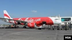 Pesawat AirAsia mendarat di Bandara Juanda, Surabaya di Sidoarjo. (Foto: VOA/Petrus Riski).