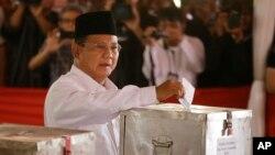 Cựu tướng lãnh Prabowo Subianto cũng tự loan báo đắc cử.