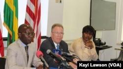Stanilas Baba, responsable du la Millenium Challenge Corporation (MCC), à gauche, David Gilmour, ambassadeur des Etats-Unis, au milieu, lors d'une conférence de presse à Lomé, Togo, 4 avril 2018. (VOA/Kayi Lawson)