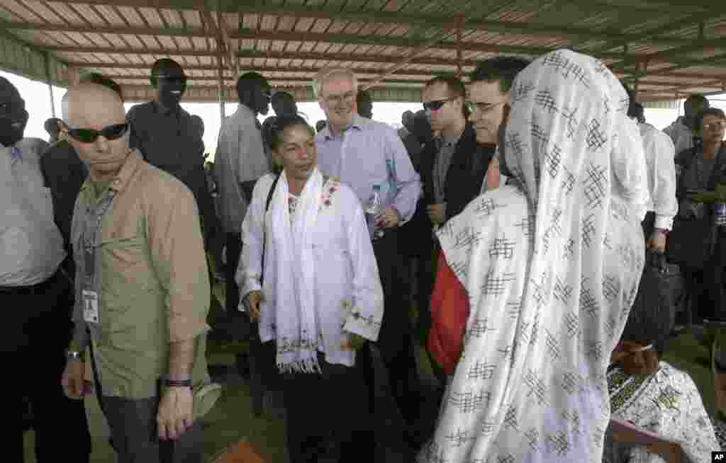 U.S. ambassador to the United Nations Susan Rice, center, visits residents at the Mandela camp for displaced southern Sudanese, south of Khartoum, in Sudan, May 22, 2011.