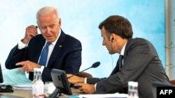 13 Haziran 2021 - ABD Başkanı Joe Biden ve Fransa Cumhurbaşkanı Emmanuel Macron, İngiltere'nin Cornwall bölgesinde düzenlenen G-7 zirvesinde yan yana